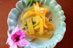 Десерт: манго в кокосовом молоке