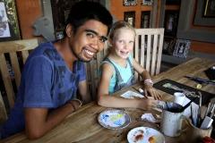 Wayan bringt uns die feine Keliki-Zeichenart bei