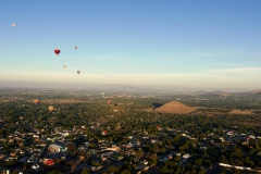 balloon over teotihuacan pyramids 1