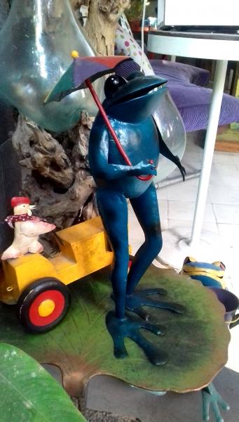 Witzige Figuren überall im Garten