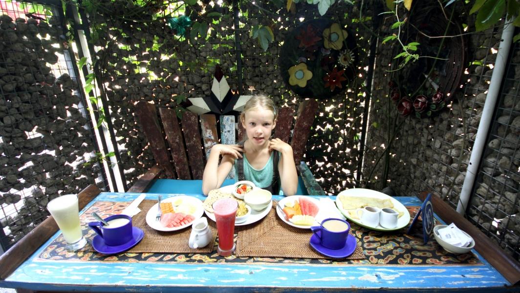 Ich will nur noch so frühstücken: indisches Menu für mich und Banana-Pfannekuchen für Anna. Und Obst, und frischgepresste Säfte...und noch mehr Obst...und draußen...und warm...